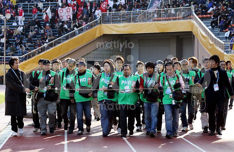 Fussball International FIFA Club WM Japan 2007     09.12.2007 Etoile Sportive du Sahel - Pachuca Fotografen werden vor Spielbeginn zum Mannschaftsfoto gefuehrt