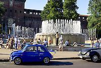 Milano, zona centro. Una vecchia Fiat 500 Abarth alla fontana davanti al Castello Sforzesco --- Milan, downtown. An old Fiat 500 Abarth at the fountain in front of the Sforza Castle