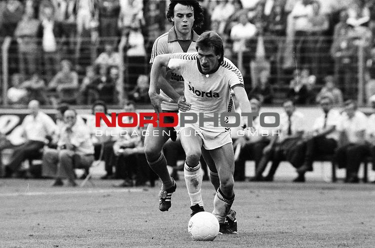 BS-Bremen. Aus 1. BL Saison 1977-78 Eintracht Braunschweig gegen Werder Bremen 2:0 am 03.09.1977. Im Foto Werder Spieler Karlheinz Geils gegen Wolfgang Frank.                                                                                                    Foto:  nph / Rust
