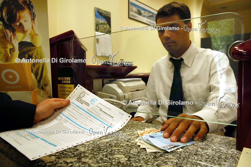 Bancari negli uffici della banca. Bank employees in the offices of the bank....
