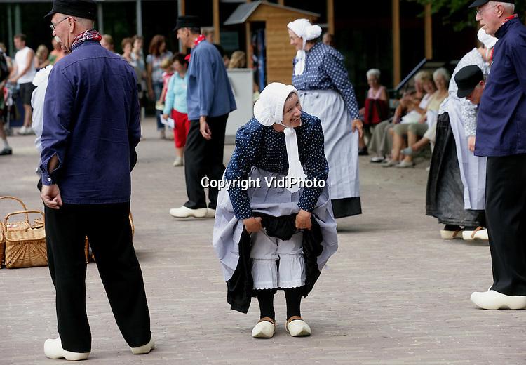 Foto: VidiPhoto..ARNHEM - Dames van de volksdansgroep De Speeluden uit Westervoort tonen vrijdag hun historische onderkleding na een klompendans in het Nederlands Openluchtmuseum. De klompendans in klederdracht uit de Liemers (Achterhoek) was onderdeel van een bezoek van tientallen trekpaarden uit hetzelfde gebied aan het museum.