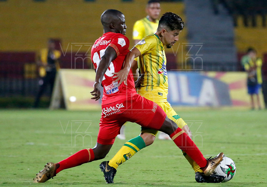 BUCARAMANGA - COLOMBIA, 30-03-2019: Sherman Cardenas del Bucaramanga disputa el balón con Luis Paz de América durante partido por la fecha 12 de la Liga Águila I 2019 entre Atlético Bucaramanga y América de Cali jugado en el estadio Alfonso Lopez de la ciudad de Bucaramanga. / Sherman Cardenas of Bucaramanga fights for the ball with Luis Paz of America during match for the date 12 of the Liga Aguila I 2019 between Atletico Bucaramanga and America de Cali played at the Alfonso Lopez stadium of Bucaramanga city. Photo: VizzorImage / Oscar Martinez / Cont