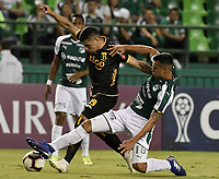 PALMIRA - COLOMBIA, 04-04-2019: Christian Rivera del Cali disputa el balón con Claudio Aquino del Guarani durante partido por la primera ronda de la Copa CONMEBOL Sudamericana 2019 entre Deportivo Cali de Colombia y Club Guaraní de Paraguay jugado en el estadio Deportivo Cali de la ciudad de Palmira. / Christian Rivera of Cali vies for the ball with Claudio Aquino of Guarani during match for the first round as part Copa CONMEBOL Sudamericana 2019 between Deportivo Cali of Colombia and Club Guarani of Paraguay played at Deportivo Cali stadium in Palmira city.  Photo: VizzorImage / Gabriel Aponte / Staff