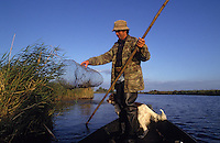 Europe/France/Pays de la Loire/44/Loire-Atlantique/Grande Brière/Marais : René Moyon (guide, pêcheur et chasseur) et sa chienne Douai à la pêche   //  France, Loire Atlantique, Grande Briere, marsh, Rene Moyon, guide, fisherman, hunter and his dog Douai fishing<br /> <br /> [Non destiné à un usage publicitaire - Not intended for an advertising use] [Non destiné à un usage publicitaire - Not intended for an advertising use]