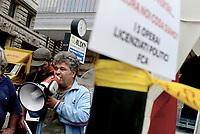 Roma, 11 Ottobre 2018<br /> Mimmo Mignano scende dal tetto e parla al microfono con gli altri operai licenziati.<br /> Due operai della Fca di Pomigliano d'Arco sono saliti sul tetto di un edificio in piazza Barberini.vicino al Ministero del Lavoro per protestare contro il loro licenziamento e di quello di altri tre colleghi dopoaver inscenato nel 2014 il funerale dell'ad Sergio Marchionne davanti ai cancelli dello stabilimento. Chiedono l'intervento del Ministro Di Maio e alcuni parlamentari salgono a parlare con loro.