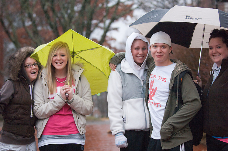 18550Students Campus Rain/Library...Emily Bruns,Kara May, Alison Bartish, Nick Wendt, Casey Haubner