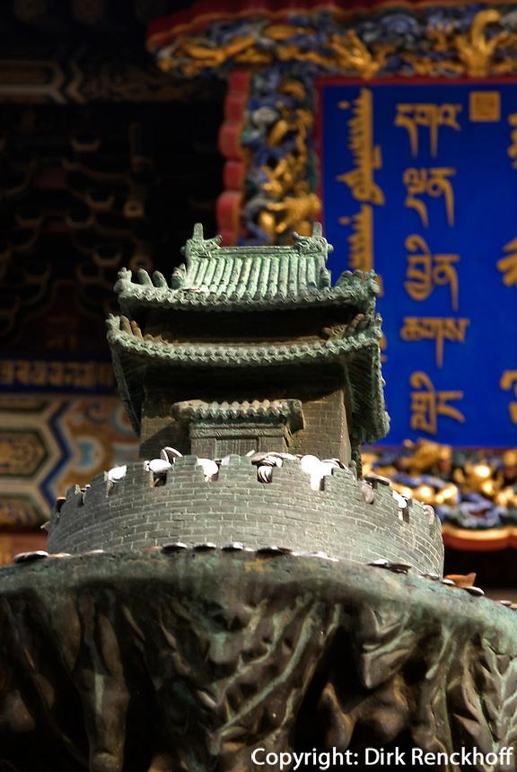 China, Peking (Beijing), Lama-Tempel (Yonghe Gong), Bronzeplastik des Weltberges Sumeru vor der 2. Halle (Yonghe) mit viersprachiger Inschrift auf Tafel am Dach