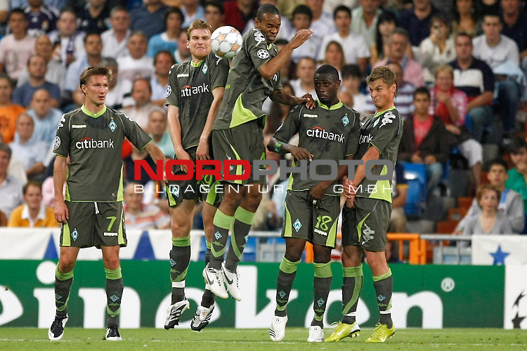 UEFA  Champions League  2007/2008 Gruppe C <br />1. Gruppenspiel - SANTIAGO BERNABEU Stadion Madrid<br /><br />REAL MADRID - WERDER BREMEN  <br /><br />Bremer Anwehrblock v.li Jurica Vranjes ( Bremen CRO#7 ) Per Mertesacker ( Bremen GER #29 ) Naldo ( Bremen BRA #4 ) Boubacar Sanogo (Bremen CIV #18)Markus Rosenberg ( Bremen SWE #9 )<br /><br />Foto &copy; nph (  nordphoto  )<br /><br /><br /><br /> *** Local Caption ***