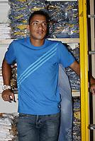 FOTO EMBARGADA PARA VEICULOS INTERNACIONAIS - SAO PAULO, SP, 29 DE NOVEMBRO 2012 - JOGADORES PAULINHO E RALF DO CORINTHIANS - Ralf durante visita na sawary jeans -  A dupla enche o carrinho e dao autografos 4 dias antes do embarque para o mundial de 2012 - Bairro do Bras, zona leste da capital paulista, na manha dessa quinta-feira, 29 -  FOTO: LOLA OLIVEIRA/BRAZIL PHOTO PRESS