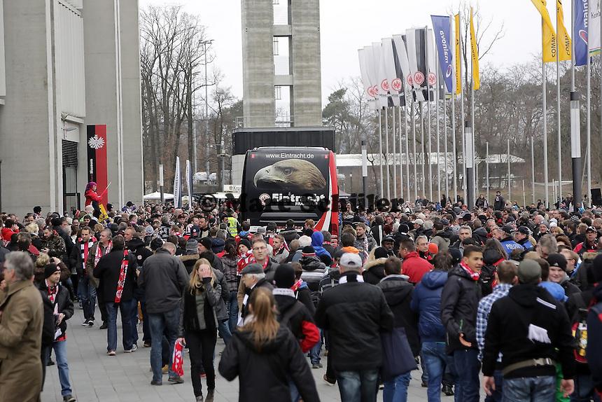 Bus der Frankfurter Eintracht umlagert von Fans am Stadion