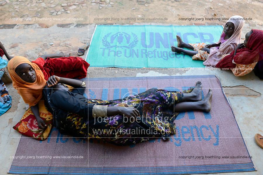 CHAD, Goz Beida, refugee camp Djabal for refugees from Darfur, Sudan, health unit, woman with children / TSCHAD, Goz Beida, Fluechtlingslager Djabal fuer Fluechtlinge aus Darfur, Sudan, Krankenstation