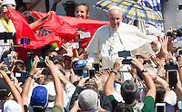 Papa Francesco saluta i fedeli al termine della messa per la canonizzazione di Madre Teresa di Calcutta in Piazza San Pietro, Citta' del Vaticano, 4 settembre 2016.<br /> Pope Francis greets faithful at the end of a mass for the canonization of Mother Teresa in St. Peter's Square at the Vatican, 4 September 2016.<br /> <br /> UPDATE IMAGES PRESS/Riccardo De Luca<br /> <br /> STRICTLY ONLY FOR EDITORIAL USE