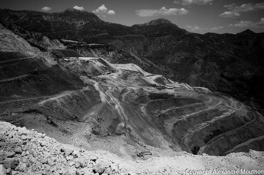 L'exploitation de la mine n&eacute;cessite un chantier pharaonique, &agrave; ciel ouvert. La montagne est mit&eacute;e. Les engins de terrassement d&eacute;truisent tout et construisent une immense piste &agrave; flanc de c&ocirc;teaux. L'exploitation devrait durer encore trente ans. Les soldats du PKK ont attaqu&eacute; le site en plein jour il y a peu pour bruler  onze engins. Pendant la guerre civile des ann&eacute;es 1990, l'arm&eacute;e turque a d&eacute;truit les villages kurdes et cald&eacute;ens de la zone en chassant et en assassinant leur population. L'Etat a donn&eacute; des compensations financi&egrave;res aux survivants afin de s'accaparer les richesses du sous sol. La mine est aujourd'hui sur les terres du village chald&eacute;en de Herbol&eacute;.<br /> <br /> The operation of the mine requires a pharaonic site, open sky. The mountain is moth-eaten. The earthmoving destroy everything and build a huge track on the side of hills. The operation is expected to last another thirty years. The PKK soldiers attacked the site in daylight there is little to burn eleven vehicles. During the civil war of the 1990s, the Turkish army destroyed Kurdish villages and Chaldeans area by hunting and killing their people. The state gave financial compensation to survivors in order to capture the richness of the basement. The mine is now in the land of Chaldean village Herbol&eacute;.