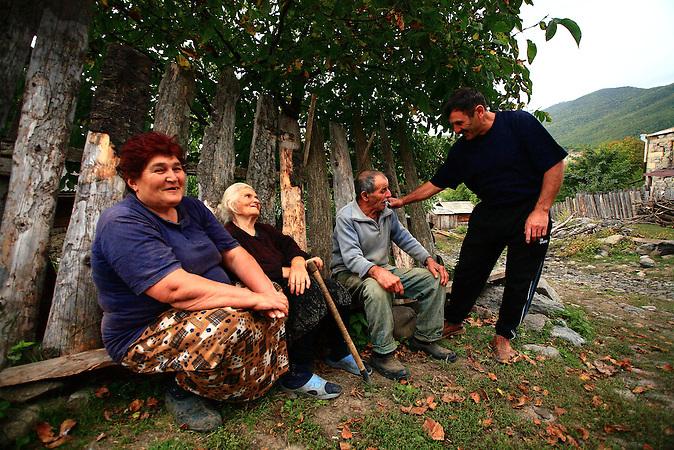 """Ali Mekhriev redet  mit den Nachbarn in Abastumani in Georgien. Mekhriev sagt, dass sein Vater ihm immer gesagt hat, dass ihre Familie eines Tages wieder in ihre Heimat zurückkehren wird. Allerdings stellte sich die Rückkehr schwierig dar. Das Haus der Familie war zerstört, Und den Einheimischen waren sie nicht sehr willkommen. Aufbau einer Freundschaft  mit der christlichen Gemeinde dauerte ein paar Jahre. """"Wir haben jetzt eine perfekte Beziehung """", sagt Ali. """"Was wirklich zählt, ist die Art der Menschen:  Wenn Du eine vernünftige Person sind, haben Sie keine Probleme mit den anderen."""" / Ali Mekhriev chats with the neighbors in Abastumani Georgia. Mekhriev says that his father had always told him their family would one day return to their motherland, Georgia. However, the return to Abastumani turned out to be not as smooth as one would have hope for: the family home had long been leveled, and the locals gave them a rather cold, and suspicious reception. Building peace with the Abastumani's Christian community took a few years, and it did not come easy. ?We have a perfect relationship now,? says Ali. ?What really matters is the kind of person you are: if you are a reasonable person, you won't have problems with others.?"""
