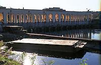 Somma Lombardo (Varese). La diga del Pan Perduto, dove il canale Villoresi ha origine dal fiume Ticino. Una chiatta --- Somma Lombardo (Varese). The Panperduto dam, where the canal Villoresi originates from the River Ticino. A barge