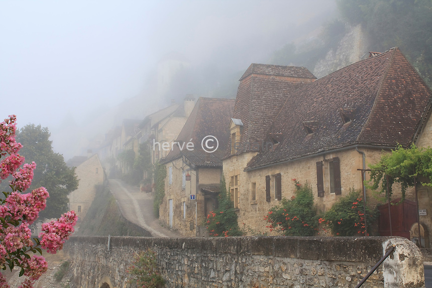 France, Dordogne (24), Beynac-et-Cazenac, le village un matin brumeux // France, Dordogne , Beynac-et-Cazenac, the village on a foggy morning