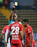 BOGOTA - COLOMBIA -29 -10-2016: Nolberto Ararat (Izq.), arbitro, muestra tarjeta amarilla a Marco Canchilla (Der.) jugador de Independiente Santa Fe, durante partido entre Fortaleza C.E.I.F, e Independiente Santa Fe, por la fecha 18 de la Liga Aguila II-2016, jugado en el estadio Metropolitano de Techo de la ciudad de Bogota. /  Nolberto Ararat (L), referee, shows yellow card to Marco Canchilla (R), player of Independiente Santa Fe, during a match between Fortaleza C.E.I.F, and Independiente Santa Fe, for the  date 18 of the Liga Aguila II-2016 at the Metropolitano de Techo Stadium in Bogota city, Photo: VizzorImage  / Luis Ramirez / Staff.