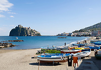 ITA, Italien, Kampanien, Ischia, vulkanische Insel im Golf von Neapel: Fischerboote, Waescheleine, leerer Strand zur Vorsaison, im Hintergrund das Castello Aragonese | ITA, Italy, Campania, Ischia, volcanic island at the Gulf of Naples: fishing boats, secluded beach at off season, Castello Aragonese at background