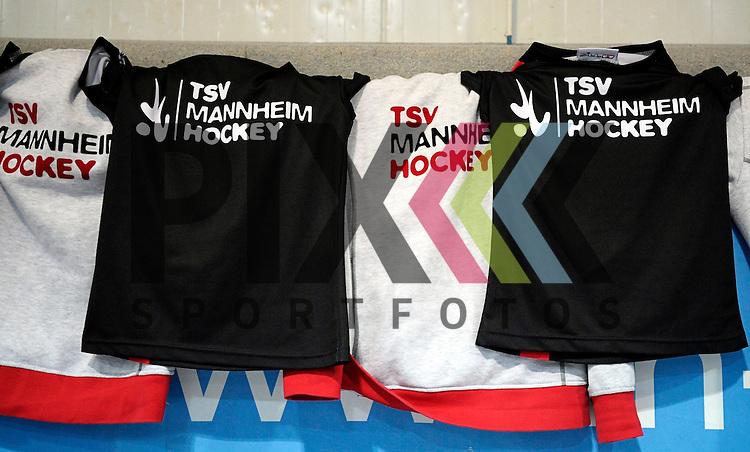 GER - Mannheim, Germany, December 05: During the 1. Bundesliga Sued Damen indoor hockey match between Mannheimer HC (white) and TSV Mannheim (red) on December 5, 2015 at Irma-Roechling-Halle in Mannheim, Germany. Final score 7-1 (HT 5-0). <br /> <br /> Foto &copy; PIX-Sportfotos *** Foto ist honorarpflichtig! *** Auf Anfrage in hoeherer Qualitaet/Aufloesung. Belegexemplar erbeten. Veroeffentlichung ausschliesslich fuer journalistisch-publizistische Zwecke. For editorial use only.