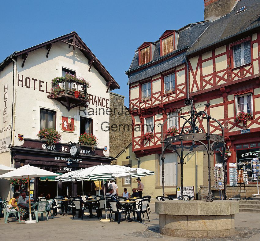 France, Brittany, Département Morbihan, Josselin: Hotel and Cafe in town square | Frankreich, Bretagne, Département Morbihan, Josselin: Hotel und Cafe in der Altstadt
