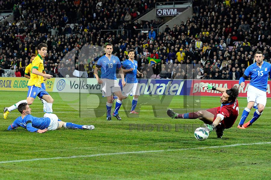 GENEBRA, SUICA, 21 DE MARCO DE 2013 -Oscar jogador da Selecao brasileira marca gol durante partida amistosa contra a Italia, disputada em Genebra, na Suíça, nesta quinta-feira, 21. O jogo terminou 2 a 2. FOTO: PIXATHLON / BRAZIL PHOTO PRESS