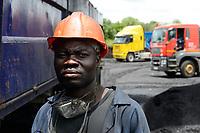 ZAMBIA, Sinazese, chinese owned Collum Coal Mine, underground mining of hard coal for copper melter and cement factory, loading place  /SAMBIA, Collum Coal Mine eines chinesischem Unternehmens, Untertageabbau von Steinkohle, Ladeplatz