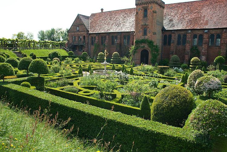 Hatfield House Maze Garden 24869