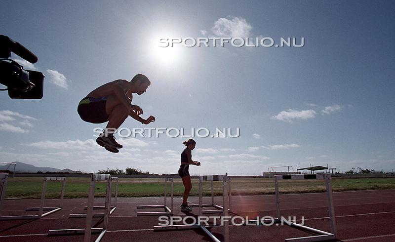 Spanje, Lanzarote 13, september 2001.Trainingskamp Team Spaar Select.Gianni Romme doet springoefeningen op een atletiekbaan met hindernissen