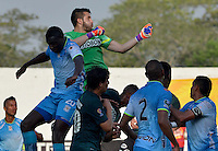 MONTERIA - COLOMBIA - 13-04-2015: Elkin Mosquera (Izq) jugador de Jaguares FC disputa el balón con Camilo Vargas (Der) arquero de Atlético Nacional durante partido entre Jaguares FC y Atlético Nacional por la fecha 15 de la Liga Aguila I 2015 jugado en el estadio Municipal de Monteria. / Elkin Mosquera (L) player of Jaguares FC vies for the ball with Camilo Vargas (R) goalkeeper of Atletico Nacional during a match between Jaguares FC and Atletico Nacional for the  date 15 of the Liga Aguila I 2015 at the Municipal de Monteria Stadium in Monteria city, Photo: VizzorImage / Jose Perdomo / Cont.