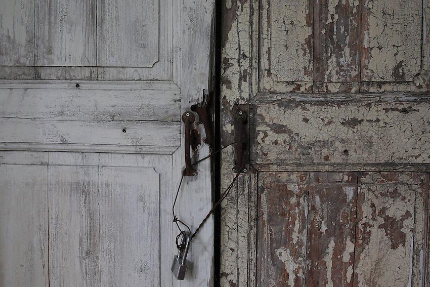 Maisons et vastes demeures restent abandonnées, un simple cadenas ferme la porte depuis 60 ans.