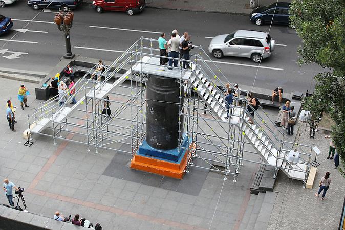Denkmal Kunst aktion , jeder kann sich auf den Sockel des heruntergerissenen Lenin stellen.