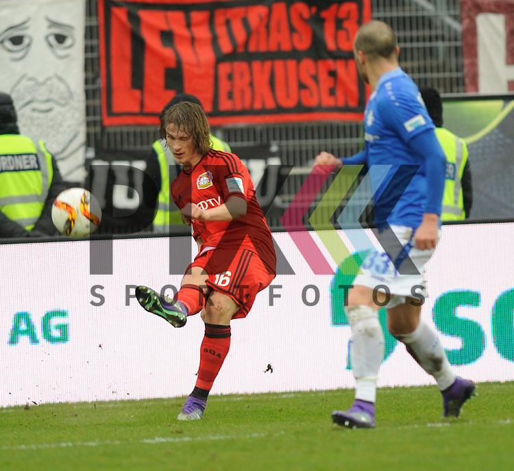 Leverkusens Jedvaj, Tin (16) gegen Darmstadts Luca Caldirola (Nr.33)  beim Spiel in der Bundesliga SV Darmstadt 98 (blau) - Bayer 04 Leverkusen (rot).<br /> <br /> Foto &copy; PIX-Sportfotos *** Foto ist honorarpflichtig! *** Auf Anfrage in hoeherer Qualitaet/Aufloesung. Belegexemplar erbeten. Veroeffentlichung ausschliesslich fuer journalistisch-publizistische Zwecke. For editorial use only.