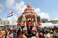 Nederland, Den Helder  2016  06 26. Jaarlijkse tempelfeest bij de Hindoe tempel in Den Helder.. Vereniging Sri Varatharaja Selvavinayagar voltooide in 2003 het gebouw dat wordt gebruikt voor het bevorderen van kunst en cultuur. Een ander deel wordt gebruikt voor het praktiseren van religieuze waarden. Het hoogtepunt van de feestperiode is het voorttrekken van de wagen ( chithira theer of ratham ). Dit is een kleurrijke optocht, waarbij de godheid Ganesh in de wagen wordt voortgetrokken door gelovigen.  Foto Berlinda van Dam /  Hollandse Hoogte