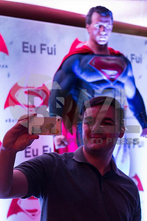SÃO PAULO, SP, 22.03.2016  - CINEMA-SP - Espectadores durante premiere do filme Batman vs Superman no shopping JK Iguatemi, na zona sul de São Paulo, na noite desta terça-feira, 22. (Victor Abex/Brazil Photo Press)