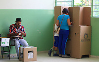 BUCARAMANGA -COLOMBIA. 25-05-2014. Una mujer vota en Bucaramanga durante la jornada de elecciones Presidenciales en en Colombia que se realizan hoy 25 de mayo de 2014 en todo el país./ A woman votes in Bucaramanga during the day of Presidential elections in Colombia that made today May 25, 2014 across the country. Photo: VizzorImage / Duncan Bustamante /Str