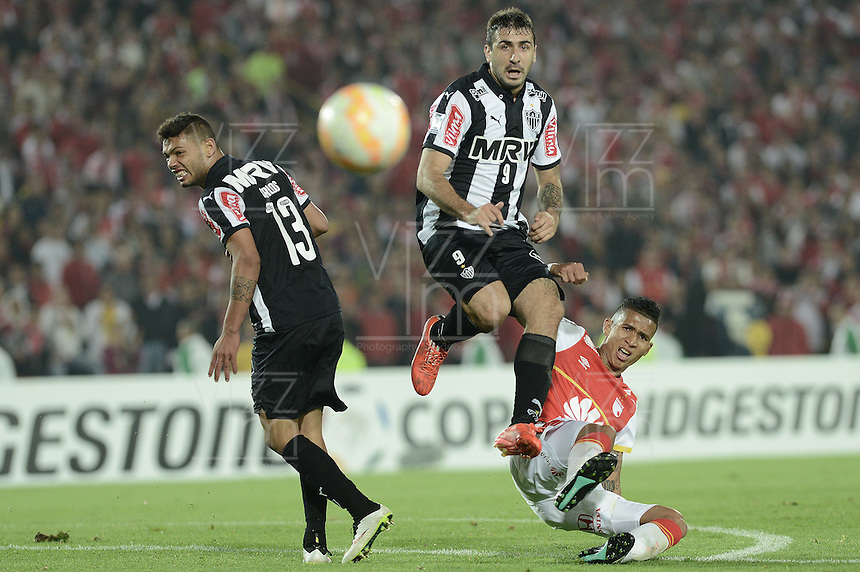 BOGOTÁ-COLOMBIA-18-03-2015: Francisco Meza (Der) jugador del Independiente Santa Fe de Colombia, disputa el balon con Lucas Pratto (C) y Carlos (Izq) jugadores de Atletico Mineiro de Brasil, durante partido entre Independiente Santa Fe de Colombia y Atletico Mineiro de Brasil, por la segunda fase, grupo 1, de la Copa Bridgestone Libertadores en el estadio Nemesio Camacho El Campin, de la ciudad de Bogota. / Francisco Meza (R) player of Independiente Santa Fe of Colombia, figths for the ball with Lucas Pratto (C) and Carlos (L) player of Atletico Mineiro of Brasil during a match between Independiente Santa Fe of Colombia and Atletico Mineiro of Brasil for the second phase, group 1, of the Copa Bridgestone Libertadores in the Nemesio Camacho El Campin in Bogota city.  Photo: VizzorImage/ Gabriel Aponte /Staff