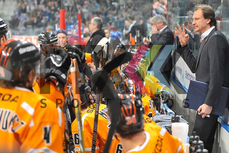 Nach dem 2:2 Ausgleich nahm Wolfsburgs Trainer Pavel Gross eine Auszeit beim Spiel in den Playoff der DEL, Adler Mannheim - Grizzly Adams Wolfsburg.<br /> <br /> Foto &copy; Ice-Hockey-Picture-24 *** Foto ist honorarpflichtig! *** Auf Anfrage in hoeherer Qualitaet/Aufloesung. Belegexemplar erbeten. Veroeffentlichung ausschliesslich fuer journalistisch-publizistische Zwecke. For editorial use only.