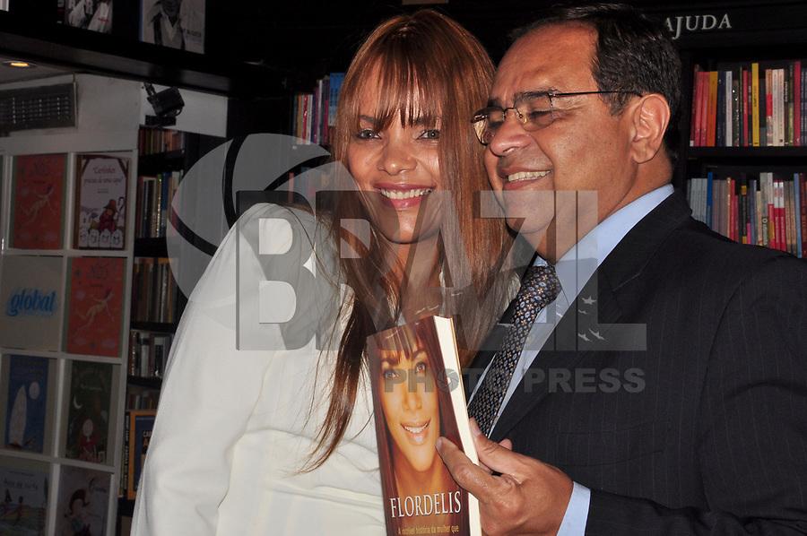 """RIO DE JANEIRO, 05 DE ABRIL DE 2011 - LANÇAMENTO DO LIVRO FLORDELIZ - O ex juiz titular da 1ª Vara da Infância e Juventude do Rio de Janeiro Siro Darlan, no lançamento na noite de ontem (04) do livro """"Flordeliz"""", da autora Flor de Liz na livraria da Travessa, Leblon, Zona Sul do Rio. (FOTO: STÉPHANIE SARAMAGO/NEWS FREE)"""