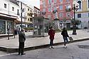 26 marzo 2020, Sassari, piazza Azuni. In attesa davanti alla Farmacia - Erboristeria Pinna Nossai.