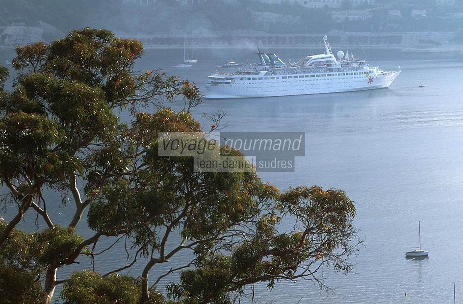 France/06/Alpes-Maritimes/Villefranche sur Mer: Paquebot dans la rade