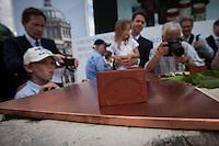 Berlin, Ein Spendenstein beim Grundsteinlegung für das Humboldtforum am Mittwoch (11.06.13) am Schlossplatz in Berlin. Foto: Maja Hitij/CommonLens