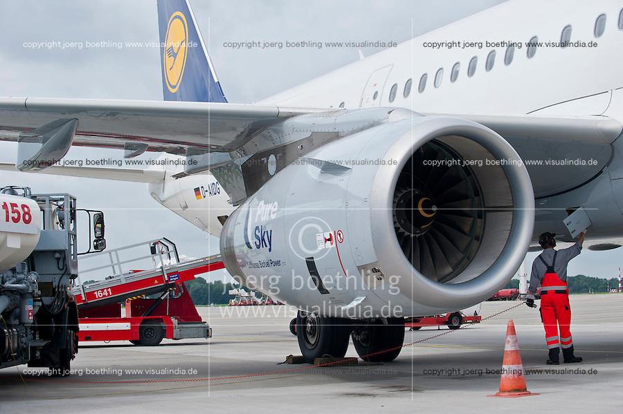 Hamburg airport, Betankung eines Lufthansa Flugzeug mit biofuel, die Lufthansa testet seit Juli 2011 im Rahmen des Forschungsprojekts burnFAIR einen Treibstoff aus nachwachsenden Rohstoffen mit einem Airbus A321 , der taeglich zwischen Hamburg und Frankfurt fliegt, dessen eines Triebwerk zu 50 Prozent mit dem bio-synthetischem Kerosin Pure Sky aus Jatropha -, Camelina Oel ( Leindotter)und tier. Fett betrieben wird, geliefert von finn. Firma Neste Oil , die auf Nachhaltigkeit zertifizierten Rohstoffe kommen von Plantagen der Firma sunbiofuels z.B. jatropha von einer ehemaligen Tabakplantage aus Mozambique  | .Europe Germany GER Hamburg airport , sky tanking of Lufthansa jet Airbus A321 , one turbine is powered with 50 percent biofuel a blend of Jatropha , Camelina oil and animal grease .| [ copyright (c) Lufthansa/Joerg Boethling