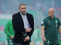 FUSSBALL   DFB POKAL   SAISON 2011/2012  1. Hauptrunde      30.07.2011 1. FC Heidenheim - Werder Bremen Manager Klaus Allofs (li, SV Werder Bremen) nachdenklich