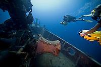 Saisi au grand angle par le Zuiko ED 7-14 mm f/4 cette plongée sur l'Augustin Fresnel à 26 mètre de profondeur restera dans ma mémoire ! Priorité vitesse : 1/60 sec. Ouverture f/9. Focale 7mm. ISO : 400.
