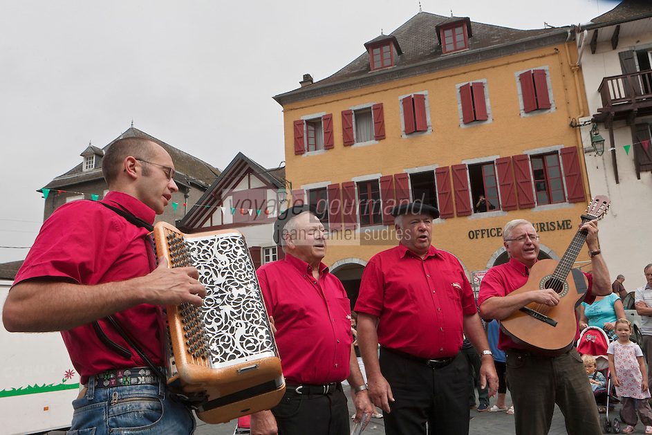 Europe/France/Aquitaine/64/Pyrénées-Atlantiques/Pays-Basque/Tardets-Sorholus: Le groupe de musique basque Xiberoko Kantariak lors de la traditionnelle foire au fromage [Non destiné à un usage publicitaire - Not intended for an advertising use]