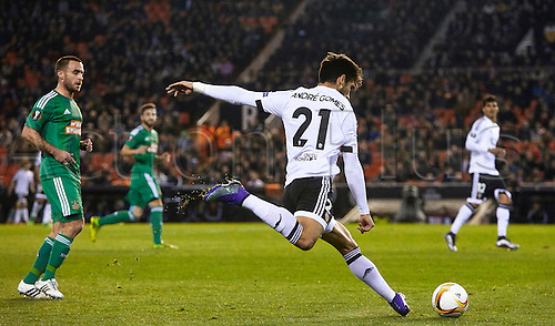 18.02.2016. Mestalla Stadium, Valencia, Spain. Europa League. Valencia versus Rapid Wien. Midfielder Andre Gomes of Valencia CF (R) centers the ball