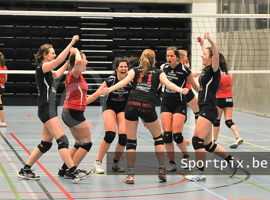 Tievolley Tielt - Packo Zedelgem : vreugde bij Tielt na het winnen van de wedstrijd.foto VDB / BART VANDENBROUCKE