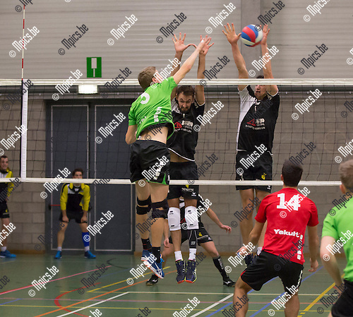 2016-11-12 / Volleybal/ seizoen 2016-2017 / Mendo - Pervol Ruiselede / Tom Voet (Mendo) test het blok van Maarten Vaneenooghe (r.) en Michiel Vandenberghe (l.) ,Foto: Mpics.be