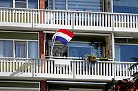 Nederland  Amsterdam - 2019. Balkons in Osdorp, Amsterdam-West. Nederlandse vlag.  Berlinda van Dam / Hollandse Hoogte