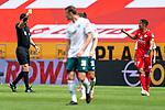 gelbe Karte äManuel Gräfe / Graefe (SR), (Schiedsrichter / Referee) Robin Quaison (FSV Mainz 05 #07)<br /> <br /> <br /> Sport: nphgm001: Fussball: 1. Bundesliga: Saison 19/20: 33. Spieltag: 1. FSV Mainz 05 vs SV Werder Bremen 20.06.2020<br /> <br /> Foto: gumzmedia/nordphoto/POOL <br /> <br /> DFL regulations prohibit any use of photographs as image sequences and/or quasi-video.<br /> EDITORIAL USE ONLY<br /> National and international News-Agencies OUT.